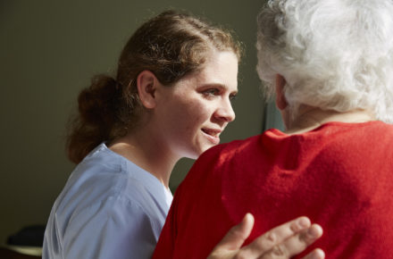 Pflegefachfrau kümmert sich um Patientin