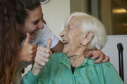 junge Pflegefachfrau mit Seniorin