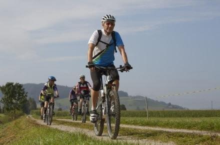 Senioren unterwegs auf dem Mountainbike