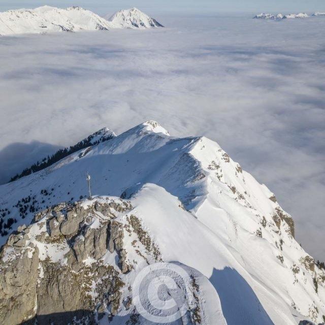 Blick übers Elsighore nach Norden zum Niesen im Winter bei Hochnebeldecke, Bern, Schweiz